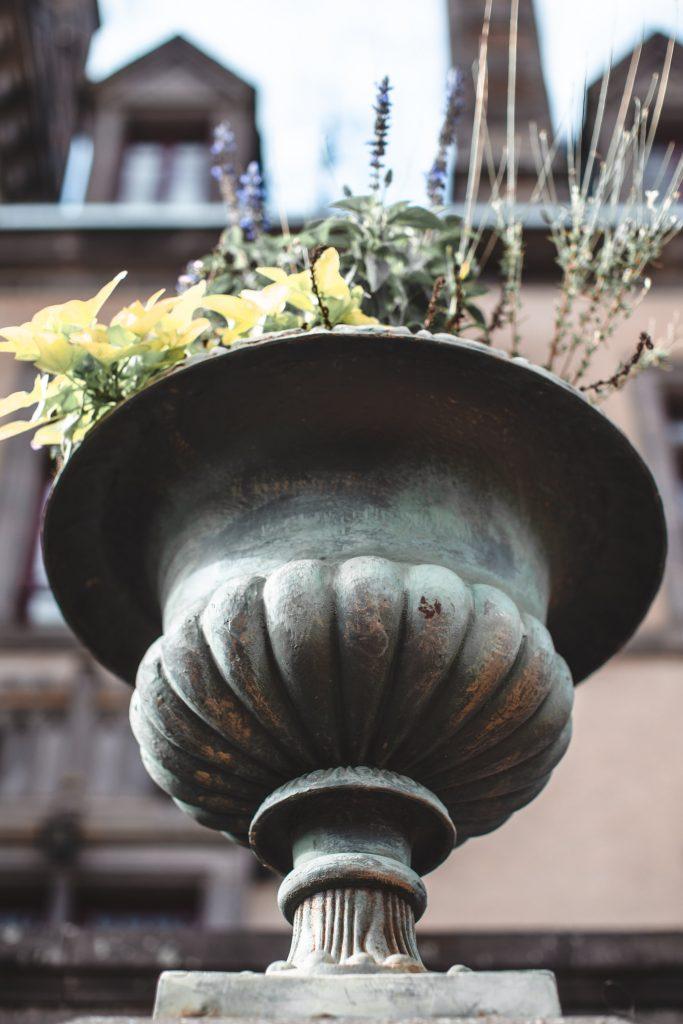 Pot de Fleur à l'entrée du Château de Miremont