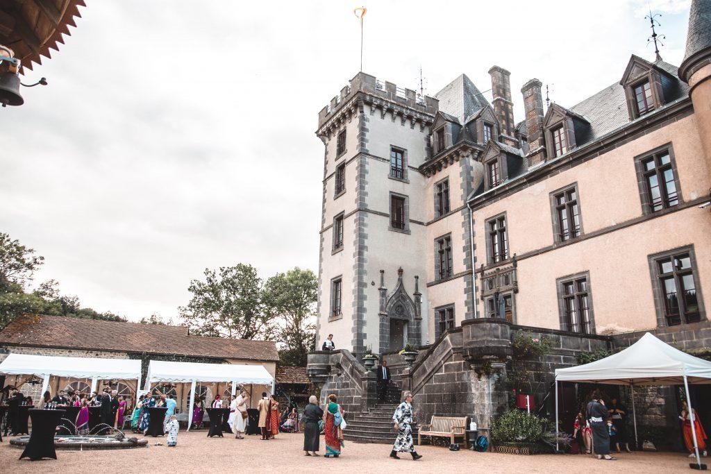 Photo de l'esplanade du château de miremont sur lequel se tient un cocktail de mariage