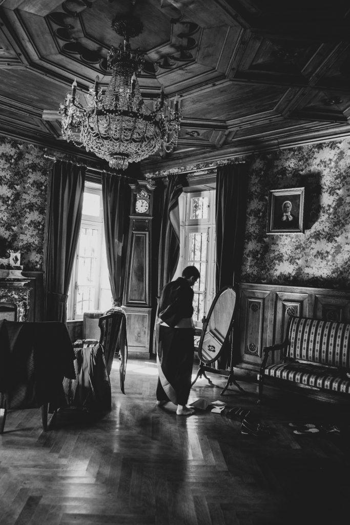 Un marié se prépare dans le salon de Diane