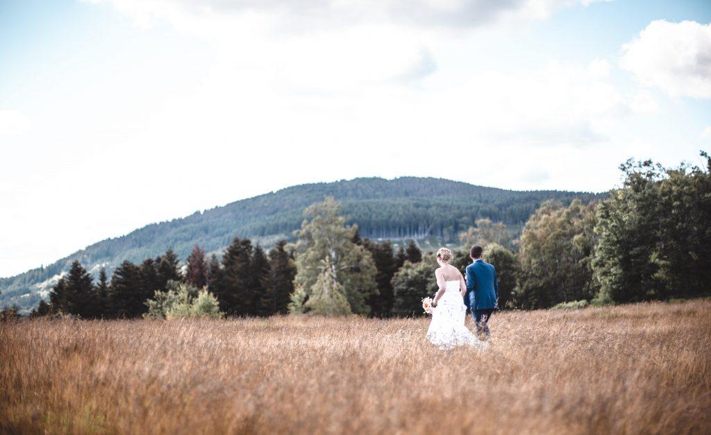 Couple s'évadant dans la nature