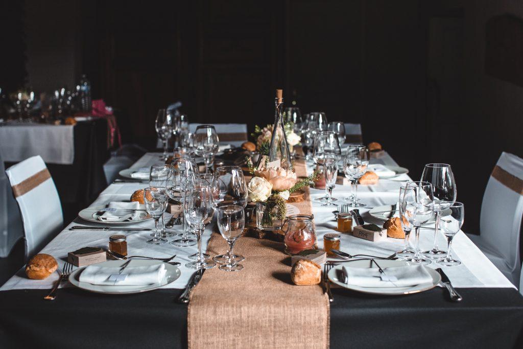 Table de mariage dans la grange du domaine des Gorcias baignée de lumière douce
