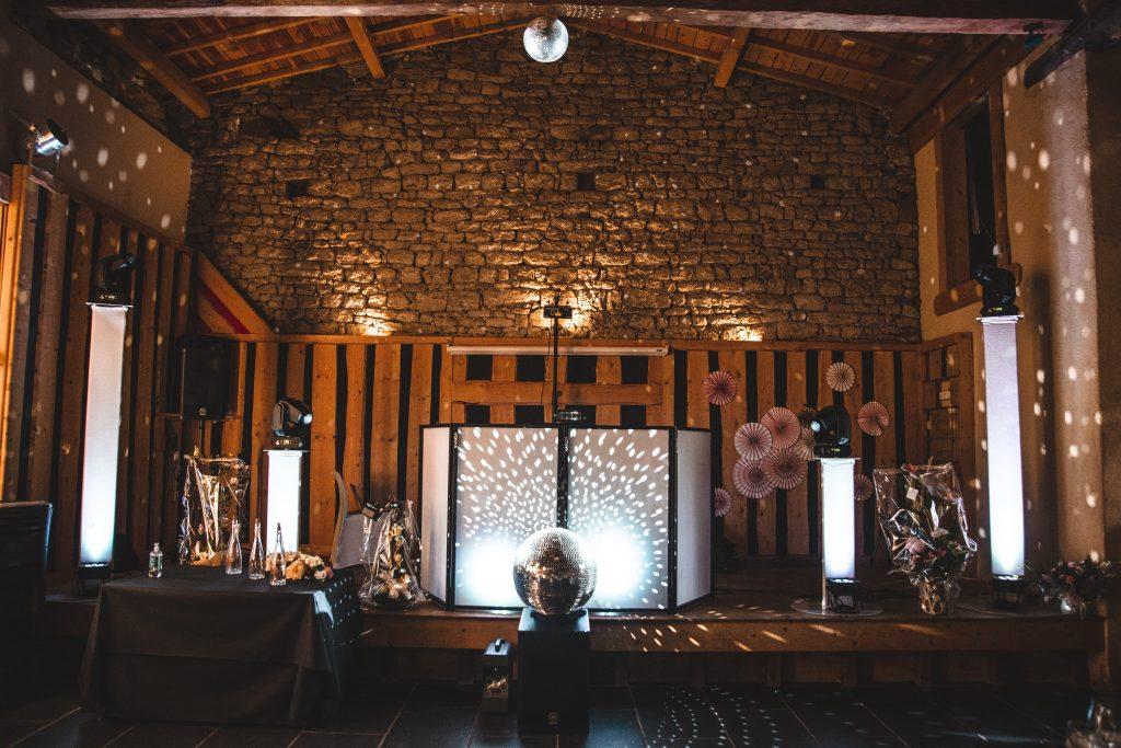 Installation DJ pour soirée de mariage dans la grange du domaine des Gorcias
