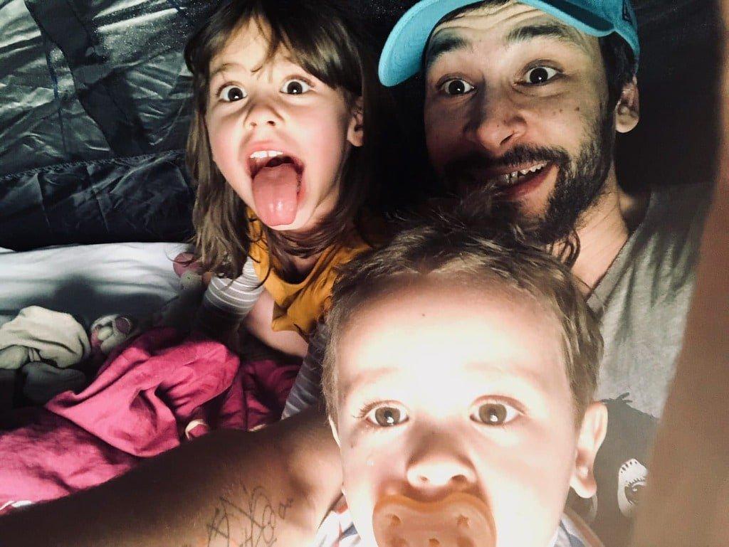 Photo de famille papa et ses 2 enfants