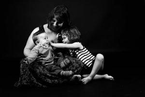 Photographe-Famille-Clermont-Ferrand-Maman assise avec ses deux enfants