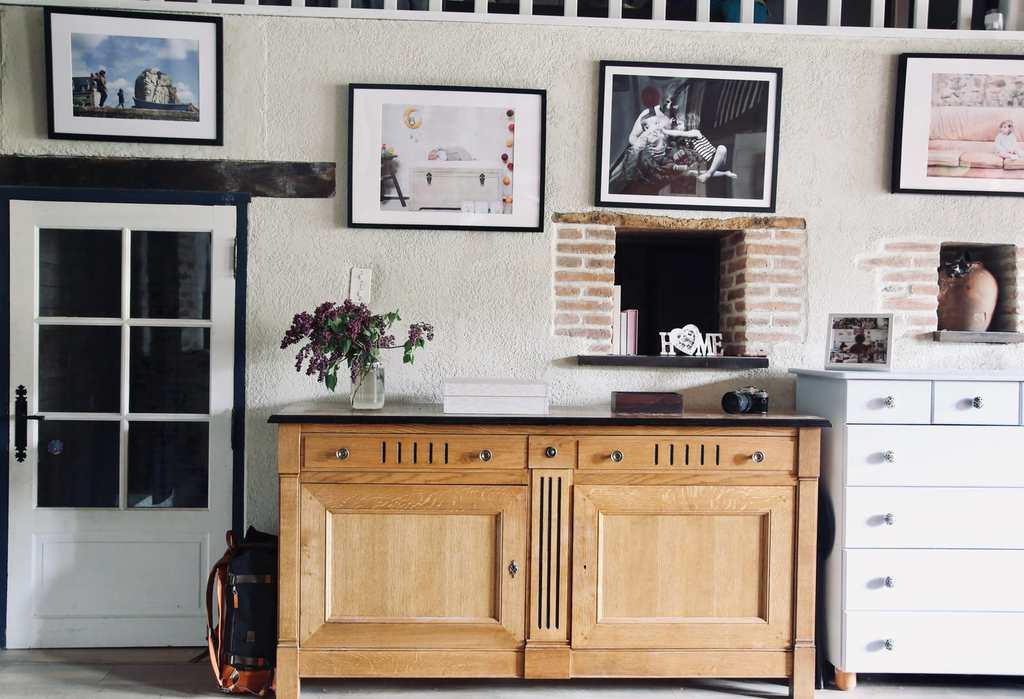 Cadres photos accrochés au mur d'une maison