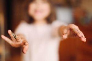 Photographe-Famille-Clermont-Ferrand-Enfant montrant ses doigts plein de feutre