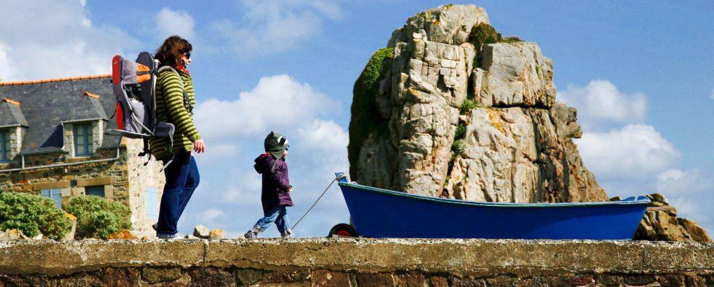 Photographe-Famille-Maman se promenant avec sa fille sur un muret en pierre